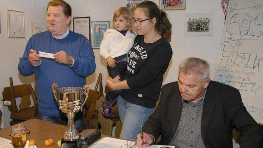 Losfee Ayla (Mitte, mit Mutter Paula Buchwald), unterstützte Jürgen Hahn (links), den Geschäftsführer des Ausrichters SuS Merklinde, und Robert Mathis vom Stadtsportverband bei der Ermittlung des Spielplans.