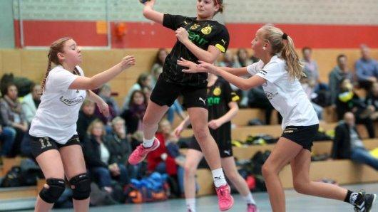 Die weibliche D-Jugend des BVB, hier mit Luisa Kralj beim 11:1 über die DJK Oespel-Kley, sicherte sich ungeschlagen den Titel.