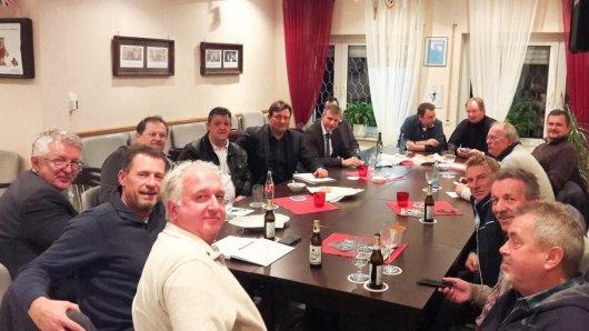 Mathias Richter (6.v.l.) und Christoph Drozda (hinten, r.) holten Vertreter der Fußballvereine und Bürgermeister Christoph Tesche zum gemeinsamen Dialog an einen Tisch.