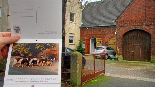Ein Eindruck vom neuen Kalender des Heimatvereins, der beim Weihnachtsmarkt verkauft wird. Ein altes Motiv des Hofes Wilsberg und der Hof heute, wo in Berghofen auch Weihnachts-Stände stehen werden.