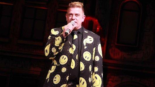 Jörg Schlösser, ehemals Dussa, moderierte in einem schrillen Outfit die Show: Er trug einen extravaganten Smiley-Anzug.
