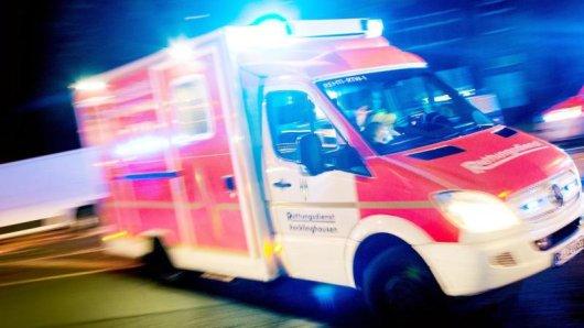 Ein Rettungswagen fährt mit Blaulicht durch eine Straße.  Marcel Kusch/Archiv