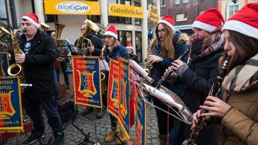 Da kommt schnell Weihnachtsstimmung auf: Mitglieder der Siebenbürger Blaskapelle sorgen unter der Leitung von Kapellmeister Heiko Ginsel für die richtige Musik zum Adventsmarkt.