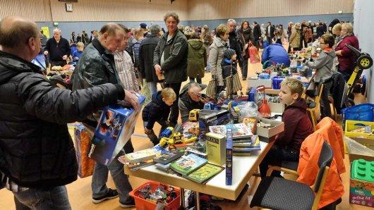 """Eine Hochburg zum Stöbern: 70 Aussteller waren beim """"Kinderflohmarkt"""" in der Stimberghalle vertreten und boten unter anderem Spielzeug und Bücher an."""