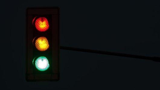 ILLUSTRATION - Die drei Farben einer Ampel leuchten am Freitag (04.06.2010) in Herdecke. SPD, Liberale und Grüne haben für Dienstag (07.06.2010) - gut vier Wochen nach der Landtagswahl in Nordrhein-Westfalen - ein Sondierungsgespräch vereinbart.  Bernd Thissen dpa/lnw +++(c) dpa - Bildfunk+++ | Verwendung weltweit