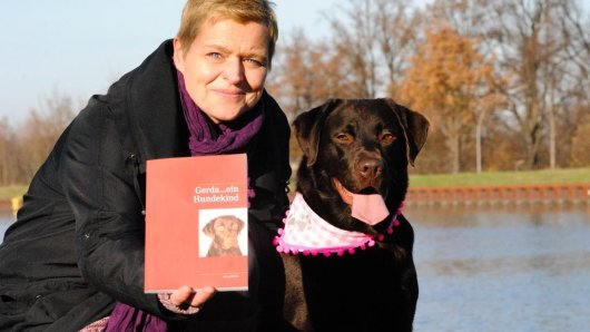 Lydia Schulze-Erdmann mit ihrer Hündin Gerda am Datteln-Hamm-Kanal in Waltrop: Die Labrador-Dame ist inzwischen eine kleine Facebook-Berühmtheit und hält ihre Fans regelmäßig mit neuen, tierischen Episoden aus ihrem Leben auf dem Laufenden.