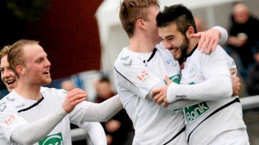Maximilian Podehl (r.) freut sich über die Anerkennung seiner Teamkollegen.