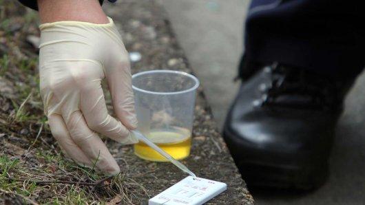 Urin-Probe am Straßenrand: Ein Polizist träufelt den Urin eines Autofahrers in den Schnelltester, der nach wenigen Minuten anzeigt, ob Drogen konsumiert worden sind.